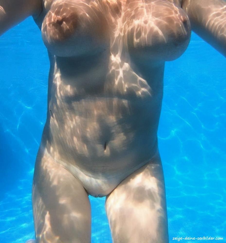 Nackt frauen im pool Beste Nackt