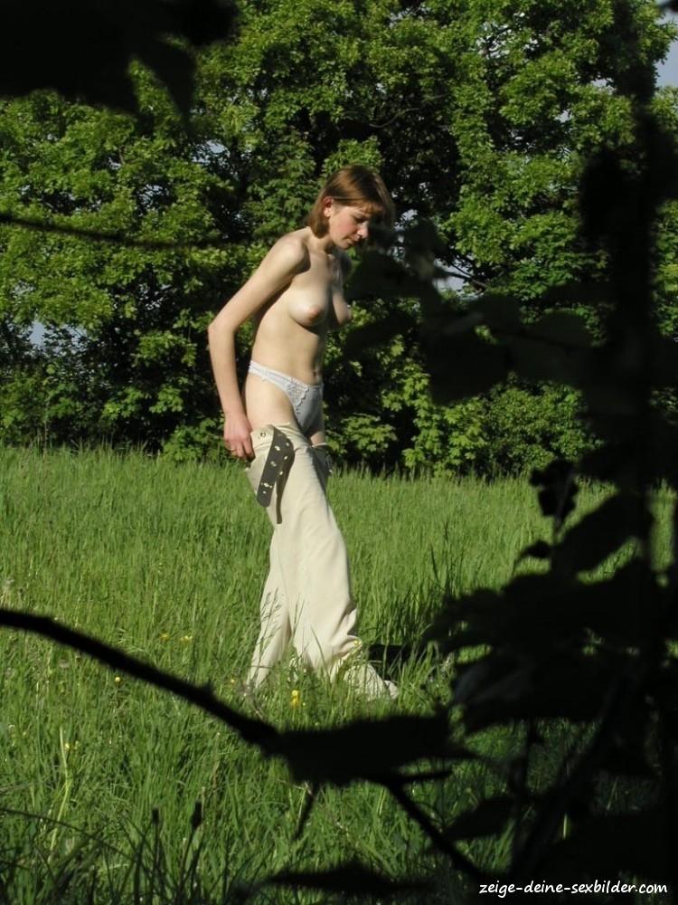 Im wald nackt Nackt Spazieren