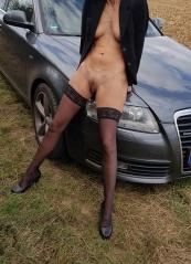 Nackt auto frau mit Nackte Frauen
